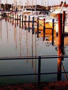 Il bellissimo e suggestivo porto di Caorle, con le barche ancorate