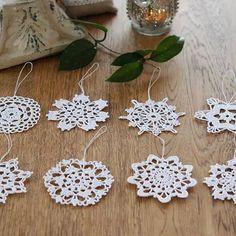 Gwiazdki wielkości ok 9 cm. 🍃🍃🍃#sielskachata #gwiazdka #bożenarodzenie #ozdobynachoinke #śnieźynka#crochet #szydełkowanie #rękodzieło #okno