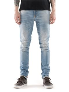 It's hard to say exactly what it is, but spring makes you crave lighter denim. This bleached option has an even, all over light blue tone like the well worn denim of the seventies. Embrace the season and be the light. David is 179 cm and wears a 29/32.