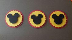 20 Tags Mickey/Minnie - com ou sem laço    Feito em papel especial para scrapbook - 180g/m²    Medidas:  Circulo: 4,50 cm  Escalape: 3,8 cm  Cabeça Mickey: 2,5 cm    1 Pacote com 20 unidades. Temos várias cores e combinações disponíveis.    Ideal para decorar lembrancinhas, tags de doces, cupcake...