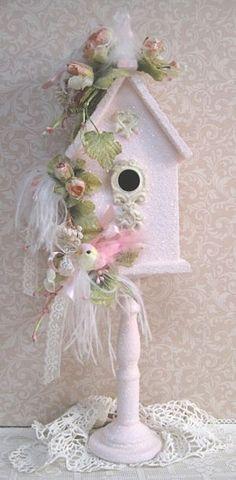 pretty little pink birdhouse - Modern Design Shabby Chic Pink, Vintage Shabby Chic, Birdhouse Craft, Birdhouses, Casa Do Rock, Shabby Chic Birdhouse, Decorative Bird Houses, Bird Cages, Victorian Christmas