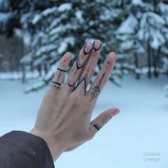 Hand Tattoo Ideas for Girls – Female Hand Tattoos - Tatoo - Finger Tattoo Designs, Henna Tattoo Designs, Tattoo Finger, Tribal Henna Designs, Hand And Finger Tattoos, Finger Tats, Diy Tattoo, Tatoo Henna, Band Tattoo