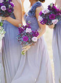 Uma alternativa incomum, porém bonita e suave, são as damas de honra com vestidos e buquês em tons de lilás, lavanda e roxo.