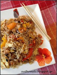 Είτε ως κυρίως πιάτο είτε ως συνοδευτικό, το τηγανιτό ρύζι με κοτόπουλο ή γαρίδες είναι το ίδιο εξωτικό αλλά και χορταστικό! Μια εύκολη και γρήγορη συνταγή!