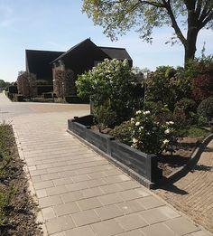 Dit stapelblok is een zeer populaire middenmaat van 12x12x60 cm. Met deze betonnen Linia stapelblokken maakt u eenvoudig een verhoogde border in uw tuin. De palissaden zijn per stuk te bestellen en hebben een afmeting van 12 x 12 x 60 cm waardoor ze goed te tillen zijn. De diepte is 12 cm, de hoogte 12 cm en de lengte 60 cm. We noemen de kleur van deze muurelementen Excellence zwart.  #klantfoto #border Sidewalk, Side Walkway, Walkway, Walkways, Pavement