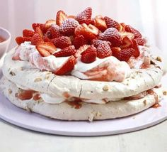 Praline meringue cake with strawberries. A caramel-flavoured praline/almond meringue that's perfect for a summer's day Strawberry Meringue, Strawberry Cakes, Strawberry Recipes, Strawberry Pavlova, Cupcake Cakes, Cupcakes, Meringue Cake, Toasted Almonds, Desert Recipes