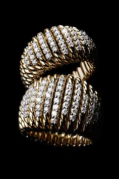 Tempo rings in 18k gold with diamonds.