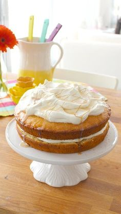 Get the tastes of autumn with this maple syrup-soaked cake with maple cream. 🍁