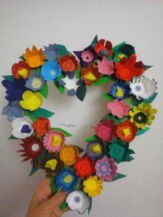 Corazón de flores hecho con hueveras de cartón recicladas.