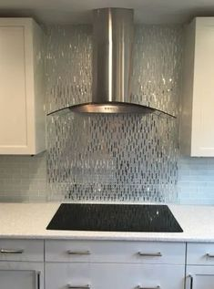 Mirror Backsplash Kitchen, Backsplash Ideas, Glass Tile Fireplace, Home And Deco, Küchen Design, Modern Kitchen Design, Organizer, Kitchen Remodel, Kitchen Decor