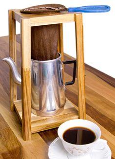 -MANCEBO PARA COAR CAFÉ -Suporte de madeira + bule + coador de café -MATERIAL: MADEIRA DE REFLORESTAMENTO