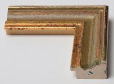 Cornice in legno in stile arte povera con colorazione anticata e decorazione a filo oro