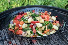 Naast vlees of vis ook lekkere groente bij de barbecue? Maak deze groente van de barbecue met courgette, aubergine, wortel, paprika en aspergebroccoli.