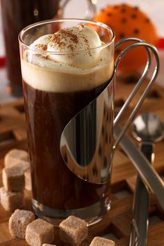 Irish Coffee er en av våre eldste kaffedrikker. Denne varme drikken er perfekt å servere til desserten eller som en dessert i seg selv. Irish Coffee ble kreert av den irske bartenderen Joe Sheridan ved Shannon lufthavn i 1943. Clear Glass Coffee Mugs, Irish Coffee, Whiskey, Coffee Maker, Sweets, Coffee Lovers, Drinks, Tableware, Ireland