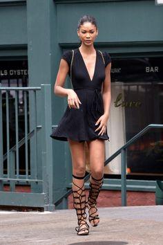 Minivestido negro y sandalias romanas del mismo color. Esas son las claves de la modelo Chanel Iman. #moda #fashion #cuero #leather #zapatos #shoes #bolsos #bags #marroquineria #leathergoods #estilo #style #lifestyle