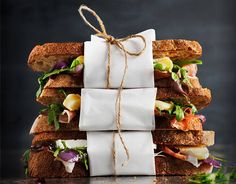 Sandwich with brie, caramelized onions, prosciutto and arugula