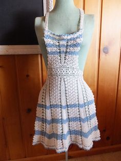 GORGEOUS VINTAGE HAND CROCHET BLUE WHITE LACE OVER THE HEAD FULL BIB APRON