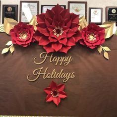 No photo description available. Tissue Paper Flowers, Paper Flower Wall, Paper Flower Backdrop, Paper Roses, Christmas Paper Crafts, Christmas Flowers, Christmas Crafts, Xmas Decorations, Flower Decorations