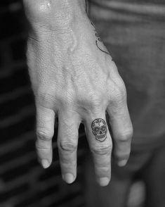 Skull 💀 #fingertattoos @taql.tattoo