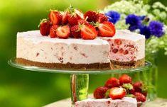 Cheesecake med vit choklad och jordgubbar är alltid rätt! Cheesecaken ska frysas – perfekt när man vill förbereda i god tid. Cupcake Cakes, Cupcakes, Cheesecake, Valentines Food, Nutella, Ice Cream, Desserts, No Churn Ice Cream, Tailgate Desserts