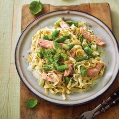 Spargel-Tagliatelle mit Lachs und Zitronensauce Rezept   Weight Watchers Plats Weight Watchers, Weight Watchers Meals, Cooking Recipes, Healthy Recipes, Penne, Pasta Salad, Low Carb, Food Porn, Food And Drink