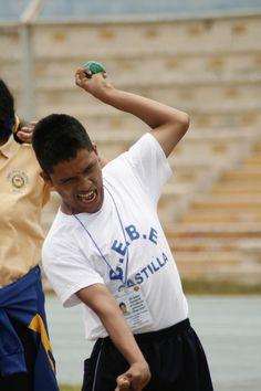 Lanzamiento de pelota. Emmanuel llegó desde Ayabaca y se llevó el oro. Twitter / Imágenes recientes de @MariellaAgurto