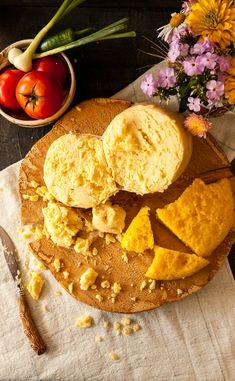 Brânza de burduf în membrană naturală este delicatesa spaţiilor mioritice şi face parte din gama brânzeturilor maturate de vacă.  Preparatul este specific românesc şi păstrează modul de preparare cunoscut la noi din timpuri străvechi. Artisan Cheese, Hummus, Modul, Dairy, Traditional, Ethnic Recipes, Food, Essen, Yemek