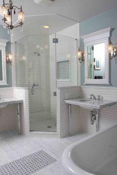 Bagno dal gusto ricercato - Bagno luminoso arredato in stile vintage.
