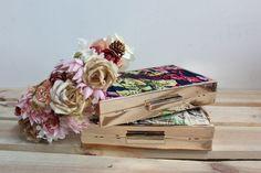 Eres la #invitadaperfecta? Clutch THE CODE flores crema y azul y tocado de Olvia and Cloe