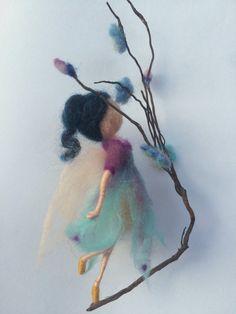 Este aire, vuelo creación decorar cualquier rincón de la casa. De lana en dos colores: morado y turquesa.  La altura de las hadas es aproximadamente 5.5(14 cm).  Decoración: ramita natural