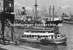 0954001 Ein Schiff der Hamburger Hafenrundfahrt fährt die Hamburg Touristen durch den Oderhafen - auf dem oberen Deck der GODEFFROY stehen die Hamburg-Besucher und beobachten das Geschehen in Hamburgs Hafen. Im Vordergrund ein fahrbarer Hafenkran am Breslauer Ufer, dahinter ein Frachtschiff mit hochgefahrenem Ladegeschirr - rechts im Hintergrund Schiffe an den Kaianlagen vom Stettiner Ufer.