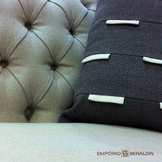 Detalhe da almofada Bandeirinha (100% linho) no sofá Araruna.