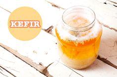 Kefir wordt steeds bekender. Wat is kefir precies, welke varianten heb je en hoe maak je kefir? Lees het hier en check het Kefir recept. Gezonde darmen,