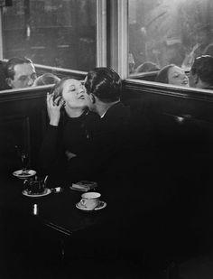 Brassai couple d'amoureux dans un petit cafe' parisien Quartier Italie