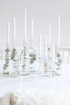 Schön schlichte Weihnachtsdeko, Glasflaschen mit Wasser und Eukalyptus