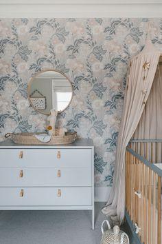 Grey and pink nursery design for a baby girl Interior Design Blogs, Yellow Nursery, Nursery Neutral, Neutral Nurseries, Nursery Grey, Floral Nursery, Girl Nursery, Farrow Ball, Toddler Rooms
