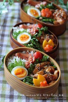 Japanese food / bento. Déjeuner du Menu du jour □ poulet teriyaki au sésame □ œufs durs □ asperges au bacon □ carottes bouillies□ saucisse coupée en fleur et saucisse de poulpe □ tomates cerises