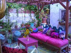 Quel genre de patio est le mieux pour votre maison? ~ Décor de Maison / Décoration Chambre Purple Bohemian Bedroom, Bohemian Porch, Bohemian Decor, Dark Teal Bedroom, Bohemian House, Purple Rooms, Bohemian Living Rooms, Boho Gypsy, Hippie Garden