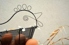 Bílá+slepička.+Drátovaný+košík.+Košík...černý+drát...skleněné+korálky+bílé+a+čiré+barvy.+Šířka+košíku:+27+cm.+Šířka+slepičky:+33+cm.+Ošetřeno+protirezivění.+Originál+RoníkoVo.