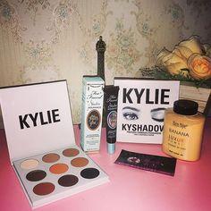 Aquisições de makes 😍💄 Esses eram os últimos da minha lista de desejos❤️ Produtos da @mundodafa 👈🏻 loja que amo e super indico👍🏻 #makeup #production #bennye #kyliecosmetics #pallet #toofaced #maquiagem #produtosimportados #wish #desejo   SnapWidget  paleta kylie jenner + pó banana,cola de glitter  too faced