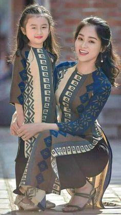 Beauty of smile Vietnamese Traditional Dress, Traditional Dresses, Ao Dai, 3d Foto, Mother Daughter Fashion, Mode Hijab, Beautiful Asian Women, Sexy Asian Girls, Asian Fashion