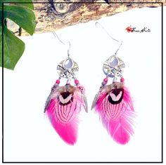 Boucles d'oreilles plumes et connecteurs ethniques, rose, blanc noir : Boucles d'oreille par sunkris