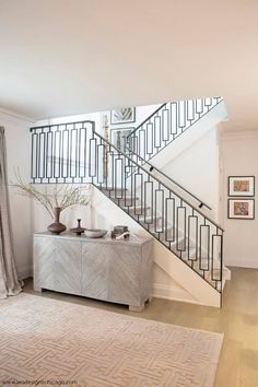 Modern Staircase Design Ideas - Browse motivational photos of modern stairs. - Home Design Wrought Iron Stair Railing, Stair Railing Design, Metal Stairs, Stair Handrail, Staircase Railings, Modern Stairs, Stairways, Bannister, Modern Stair Railing