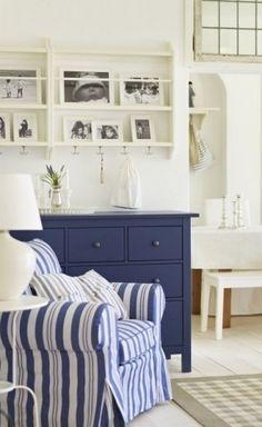 Poltrona a righe bianche e blu - Arredare una camera da letto stile marina con poltrona a righe blu e bianche.