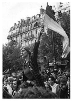 mai 68 : après avoir découvert cette photo où apparaissait sa petite fille , elle fut déshéritée ! Faire la Révolution coûte cher !