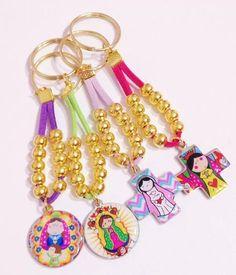 denarios pulseras porfis souvenirs comunion bautismo bolsita Bead Crafts, Jewelry Crafts, Handmade Jewelry, Communion, Diy Keychain, Keychains, Girls Jewelry, Bead Art, Jewelry Making