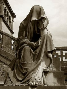 Alessandroni grave, Verano Monumental Cemetery, Rome, Italy (Veiled man por .: Irene :. en Flickr)