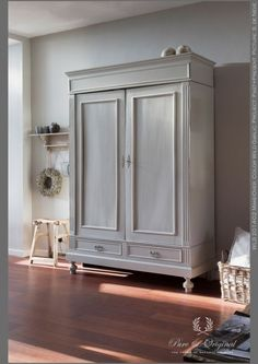 Photo gallery - Living room Classico chalk-based paint in the colour Wild Garlic, applied on the closet Armoire Makeover, Furniture Makeover, Diy Furniture, Furniture Design, Living Room Decor, Bedroom Decor, Bedroom Storage, Living Room Pictures, Farmhouse Furniture