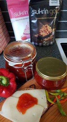 DAMER-for faen – Gro's hjemmelagde chilimarmelade med sukrin Chocolate Fondue, Muffins, Food And Drink, Baking, Chili, Desserts, Alternative, Red Peppers, Tailgate Desserts