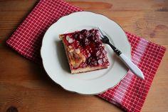 Ein locker gebackener Hefeteig mit fruchtigen Belag. Dieses Rezept findest Du hier ---->>>> http://herzstueck-online.de/recipe/kirsch-butterkuchen/